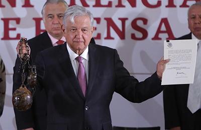El presidente López Obrador firmó el decreto mediante el cual se extingue la condición penitenciaria de las Islas Marías, mostrando un grillete de 16 kilos como los que alguna vez se emplearon ahí.