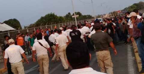 A Punto de Zafarrancho Entre Policías y Migrantes en el Puente Internacional