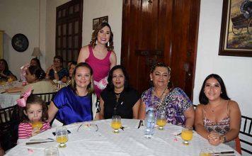 Renata López, Alejandra Marín, Ana Cruz, Maritza Acosta, María Fernanda Ramos, en la fiesta prenatal de Ana Laura Oliva.
