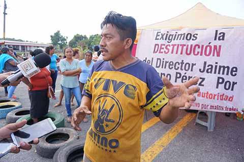 Exigen la destitución de director Jaime Suriano, a quien señalan de fomentar el nepotismo y abuso de autoridad. También demandan la reinstalación de 19 maestros.