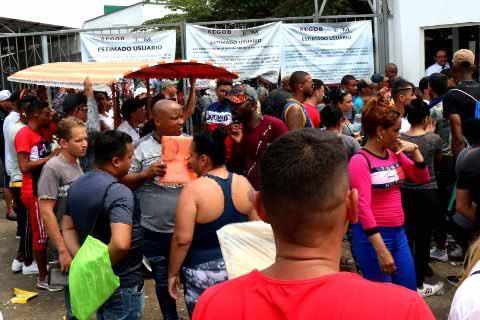 Cientos de Cubanos Entran Violentamente a Instalaciones Migratorias de Tapachula