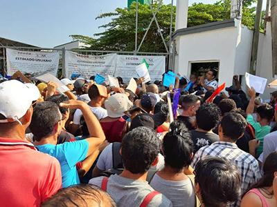 El Instituto Nacional de Migración trasladó a setenta y dos cubanos a Veracruz, ante la saturación De trámites por la gran demanda que han hecho en la Estación Migratoria Siglo XXI.