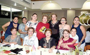 Amigas de Lupita Guzmán se reunieron para celebrarle un año más de vida.