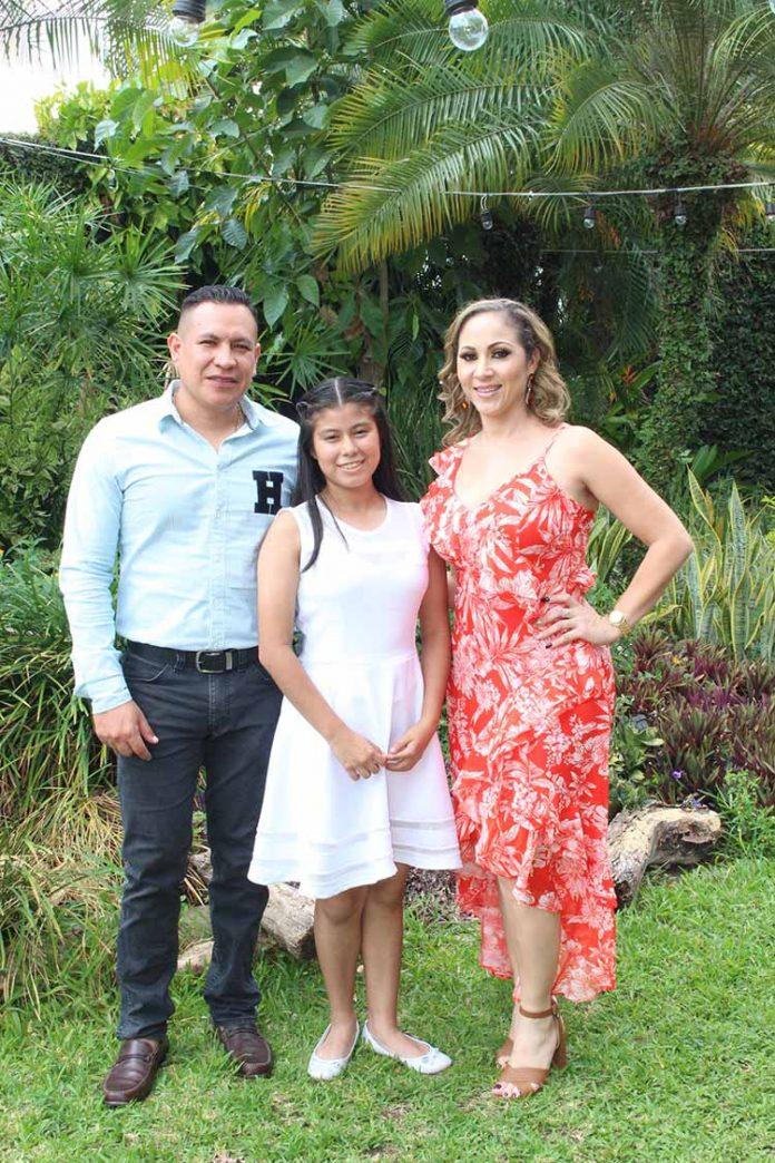 Arantza López fue apadrinada por Jeral Bautista e Imelda Acosta, en su Primera Comunión