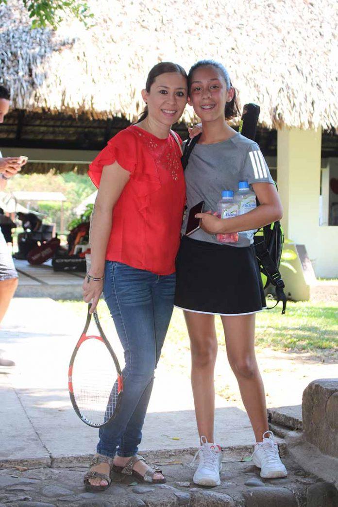 Gabriela Simonín & Renata Bodegas, captadas durante el Abierto de Tenis del Club Campestre este fin de semana.