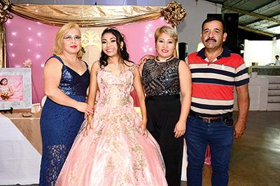 Edith, Gabriela e Isidro Ramos, acompañaron a Vanessa Orozco en su presentación en sociedad