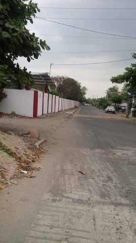 Maestro se Opone Para Pavimentar la Calle, en Huehuetán