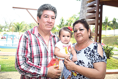 David Burciaga y Sanda Martínez celebraron a su nieta Mía Paulette en un divertido festejo.