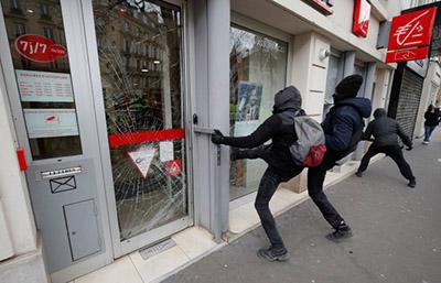 """""""Chalecos Amarillos"""" Saquean y Queman Tiendas de Lujo en París"""