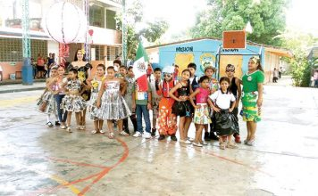 """Alumnos de la primaria """"Marcelín Marín"""" presentaron ropa con material reciclable."""