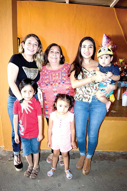 La gentil: Esther Martínez Manterola festejó en familia su aniversario personal.
