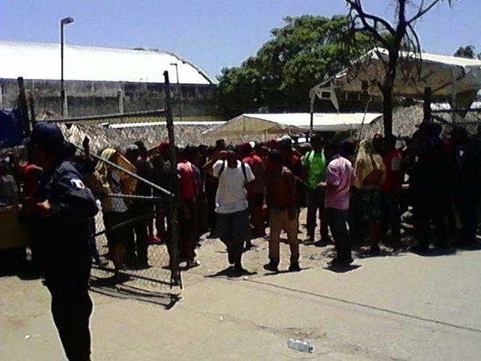 Cientos de migrantes que se encontraban concentrados en un refugio instalado por el gobierno de Mapastepec, agredieron a policías y personal del INM, luego de ser informados que la entrega de TVRH se hará hasta dentro de 2 meses; amenazaban con incendiar las colchonetas que les repartieron.