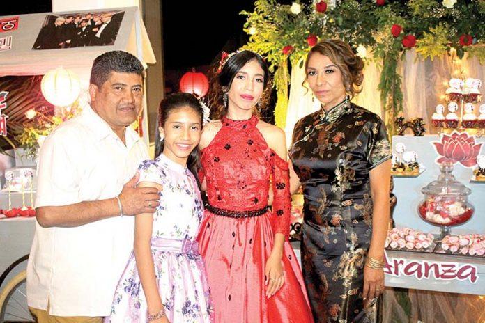 Medardo González & Consuelo Castillo, junto a su hija Ximena González en la presentación en sociedad de la mayor de sus herederas: Aranza González.