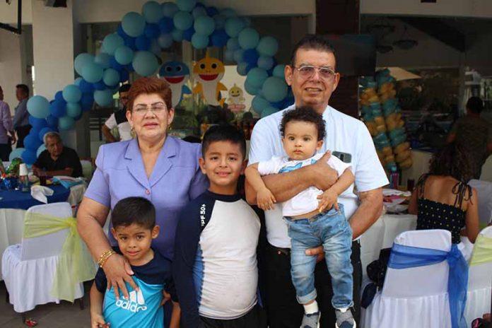 Raúl & José Pablo Muguerza, felices en su cumpleaños junto a sus abuelos.