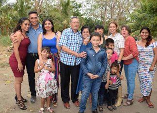 Rodeado de su familia fue como don Humberto Herrera Cárdenas celebró su 79 cumpleaños.