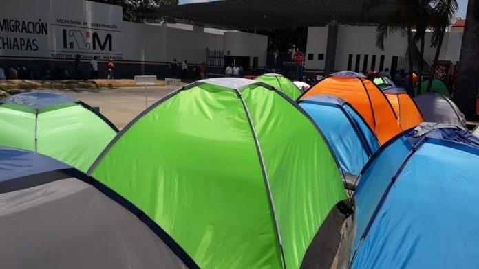 El exterior de las instalaciones migratorias en Tapachula, en la frontera sur de México, se ha convertido en un fraccionamiento de casas de campaña,