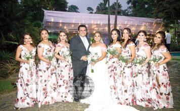 Jesús y Gaby con sus damas de honor Mónica Pérez, Lili Romero, Mariana Cisneros, Susy Nazar, Paulina Alfaro, Marcela Santizo y Karla Fernández.