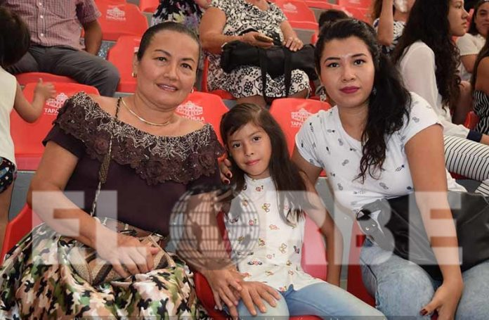 Floridalma Velázquez, Liliana López, Iliani López, asistieron al festival de las mamás del Colegio Anthar.
