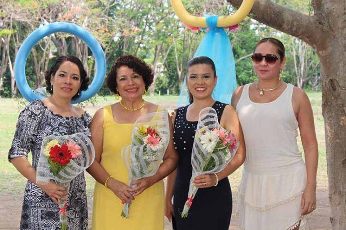 El Colegio Izapa celebró a las mamás, entre ellas: Yadira Siu, Lulú Rodas, Gabi Siu, Dulce León.