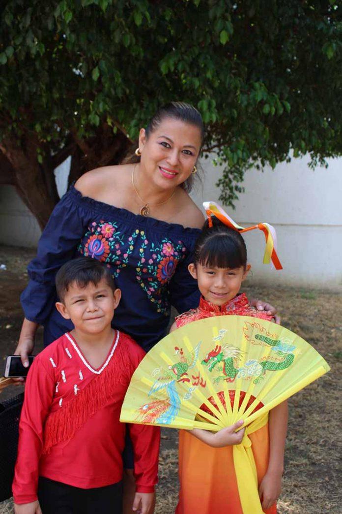 Leonardo, Brenda, Antonella Pelayo, captados en el festival del Día de las Madres de reconocida institución.