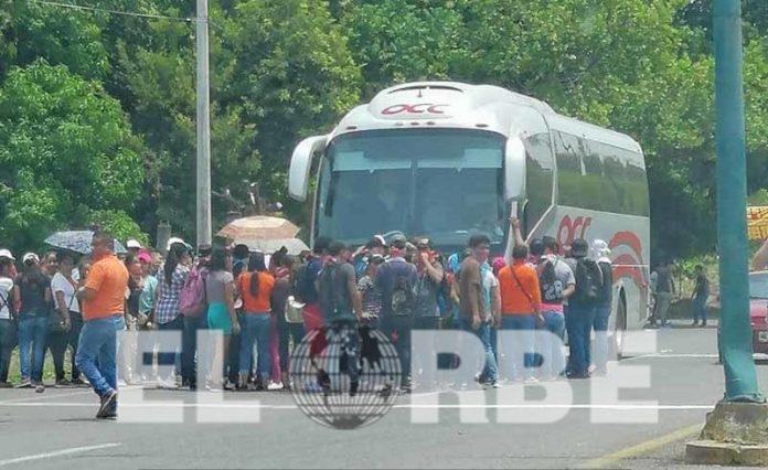 Normalistas Bajan a Pasajeros de Autobús en Huehuetán Para Trasladarse a Tuxtla Gutiérrez