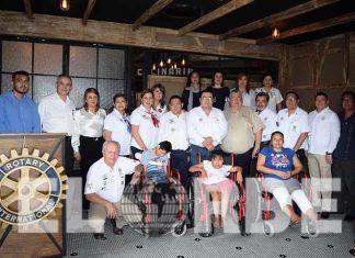 Miembros del Club Rotario durante la entrega de las ayudas funcionales.