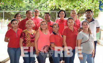 """Profesores de la primaria """"Vicente Guerrero"""" del fraccionamiento """"Vida Mejor"""", fueron festejados por los padres de familia."""