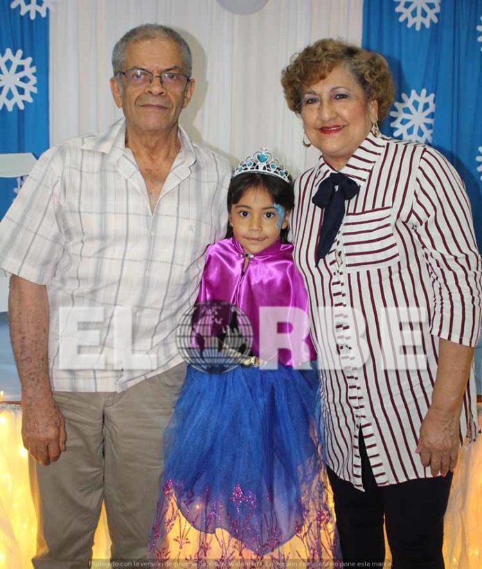 Eduardo Rosas & Mirna Aranda, felicitaron a su nieta Danna Rosas en su quinto cumpleaños.