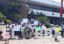 Vendedores Ambulantes Desalojados Protestan Frente a la Presidencia